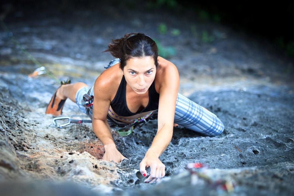 Resultado de imagem para mulher a escalar montanha