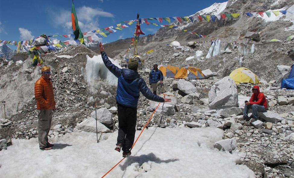 Uma rara vista da épica crista na face chinesa do K2 – tão remota que a maioria escala o monte da cordilheira de Karakoram pelo lado paquistanês. Aqui, membros da expedição de 2011 transportam equipamentos para a base do pico de 8.611 metros.